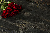 Red roses on dark wood - MAEF009369