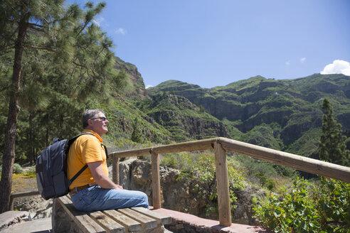 Spain, Gran Canaria, Valle de Agaete, tourist at viewpoint - MABF000306
