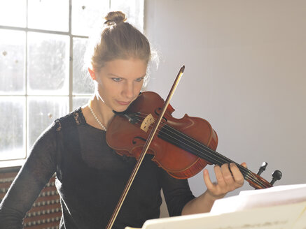 Young woman playing violin - LAF001287