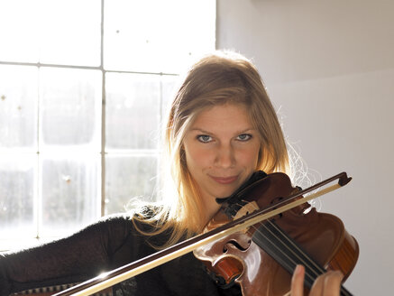 Portrait of young woman playing violin - LAF001288