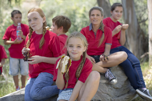 South Africa, Kids on field trip eating fruits for lunch - ZEF003936