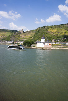Germany, Kaub and Gutenfels Castle with tourboat on River Rhine - JWA000231