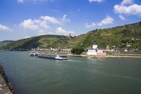 Germany, Kaub and Gutenfels Castle with tourboat on River Rhine - JWA000235