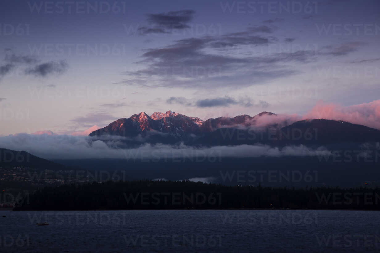 Canada, Vancouver, View from Kitsilano Beach at dawn - NGF000159 - Nadine Ginzel/Westend61