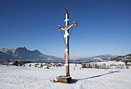 Austria, Salzkammergut, crucifix in winter landscape - WWF003384