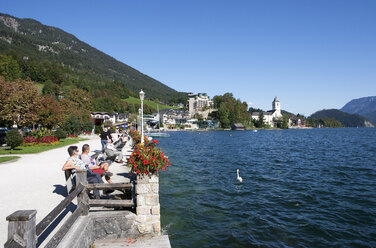 Austria, St Wolfgang, Waterfront promenade at lake Wolfgangsee - WW003415