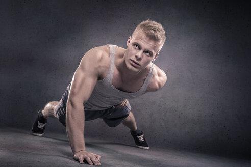 Young man doing push-ups - VTF000393
