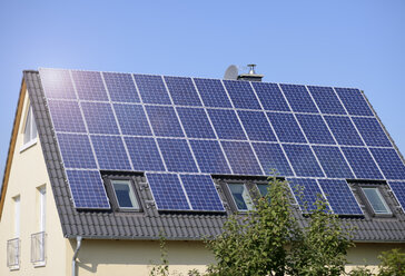 Germany, solar panels on roof top of one-family house - GUFF000080