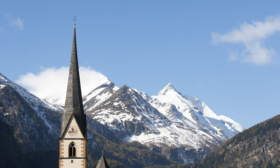 Austria, Carinthia, Heiligenblut am Grossglockner, Hohe Tauern, parish church in front of Grossglockner - WWF003558