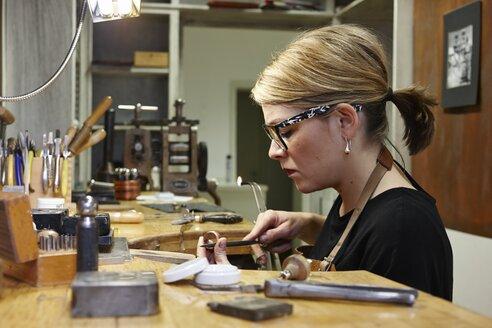 Goldsmith in workshop at work - EDF000086