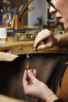 Goldsmith in workshop at work - EDF000095