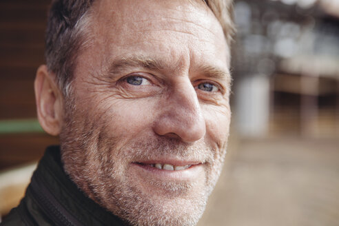 Portrait of smiling mature man - MFF001428