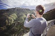 Spain, Canary Islands, Gran Canaria, man taking picture of Vega de San Mateo - MFF001441