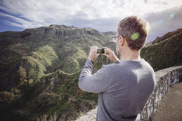 Spain, Canary Islands, Gran Canaria, man taking picture of Vega de San Mateo - MFF001441