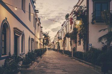 Spain, Canary Islands, Gran Canaria, Puerto de Mogan, alley at dusk - MFF001451