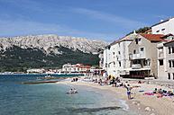 Croatia, Kvarner Gulf, Baska, promenade and beach - WWF003581