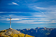 Austria, Allgäu alps, summit cross on Hahnenkoepfle in front of blue sky - WGF000594