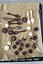 Homemade pralines and chocolate lollies on baking paper - MYF000872