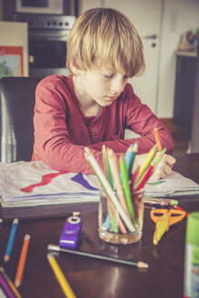 Boy drawing at home - SARF001307