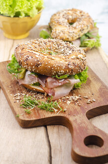 Wholemeal bagels with ham, gherkin, lollo rosso, rocket and cress - ODF001112