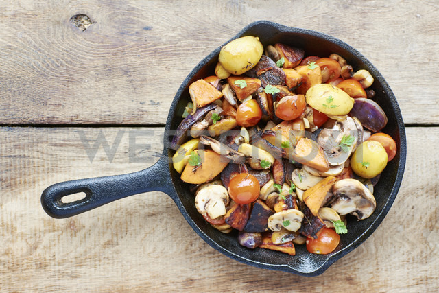 Stir-fried winter vegetables in a cast iron pan - HAWF000602