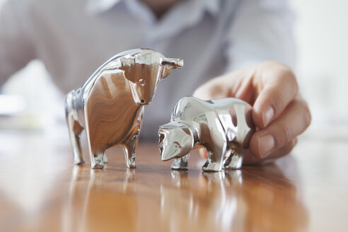 Miniature sculptures of bull and bear on a desk - RBF002439