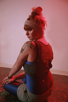 Portrait of woman with tattoo on shoulder - VE000023