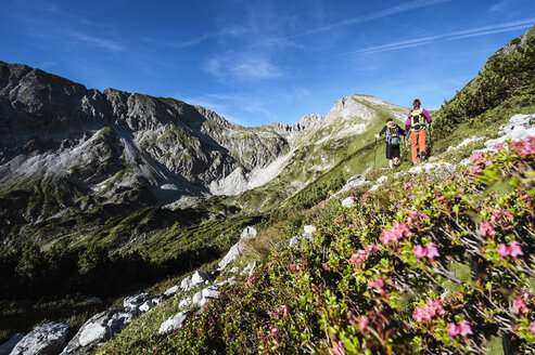 Austria, Altenmarkt-Zauchensee, young couple hiking at Niedere Tauern - HHF005100