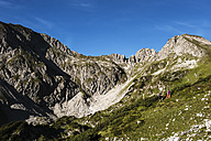 Austria, Altenmarkt-Zauchensee, young couple hiking at Niedere Tauern - HHF005102