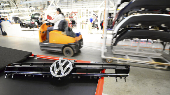 Production of VW cars in a factory - SCH000442