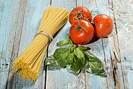 Spaghetti, basil and tomatoes on wood - MAEF009694