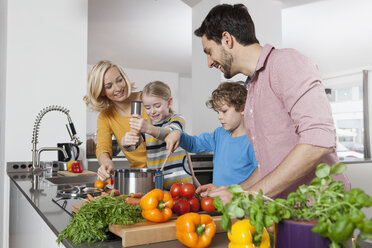 Family cooking in kitchen - RBF002391