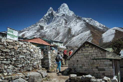 Nepal, Khumbu, Everest region, Pangboche, trekkers on the Everest trail with Ama Dablam - ALRF000012