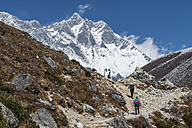Nepal, Khumbu, Everest region, trekkers en route to Dingboche with Lhotse - ALRF000013