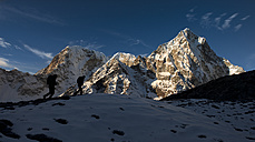 Nepal, Khumbu, Everest region, sunset on Arakam Tse peak, trekkers en route to Dzonglha - ALR000047