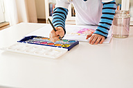 Little girl painting with watercolours - LVF002807
