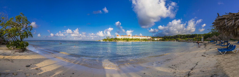Caribbean, Jamaica, Runaway Bay, View of a hotel from a sandy beach - AMF003765