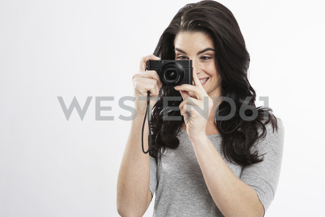 Portrait of young woman with camera - GDF000675