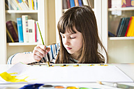 Girl painting with watercolours - LVF002872