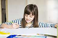 Girl painting with watercolours - LVF002876