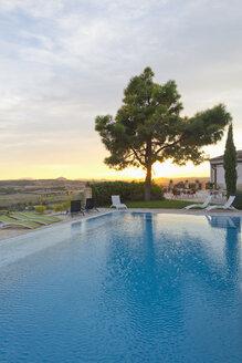 Spain, Mallorca, Hotel Es Convent, pool side, sunset - MEM000717