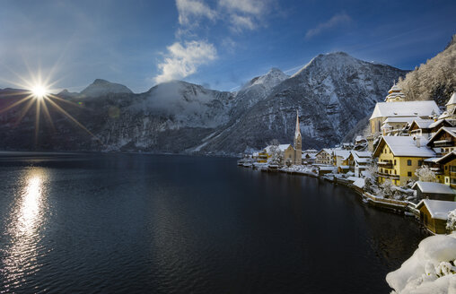 Austria, Salzkammergut, view of Hallstatt and Dachstein over lake Hallstaetter See at sunrise in winter - YRF000073