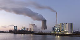 Germany, North Rhine-Westphalia, Luenen, Trianel hard coal-fired power station at Datteln-Hamm Canal in the evening - WIF001492
