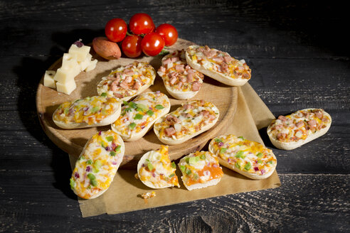 Baguette rolls with cheese, sausage, hot pepper and onions - MAEF009806