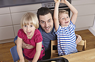Father and happy kids in kitchen - RHF000571