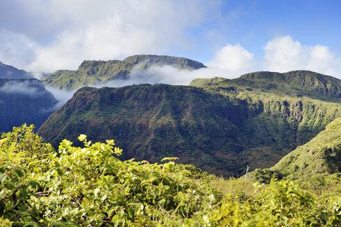 USA, Hawaii, Maui, West Maui Mountains as seen from Waihee Ridge Trail - BRF000998