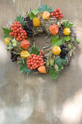 Autumnal decoration, wreath with rowanberry, chinese lantern, box tree, rosehip and wine leaves - GIS000009