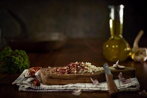 Preparing of Aglio Olio e peperoncini - DIKF000129