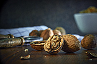 Cracked and whole walnuts - DIKF000134