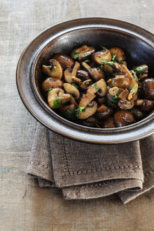 Fried mushrooms with garlic and parsley - EVGF001285